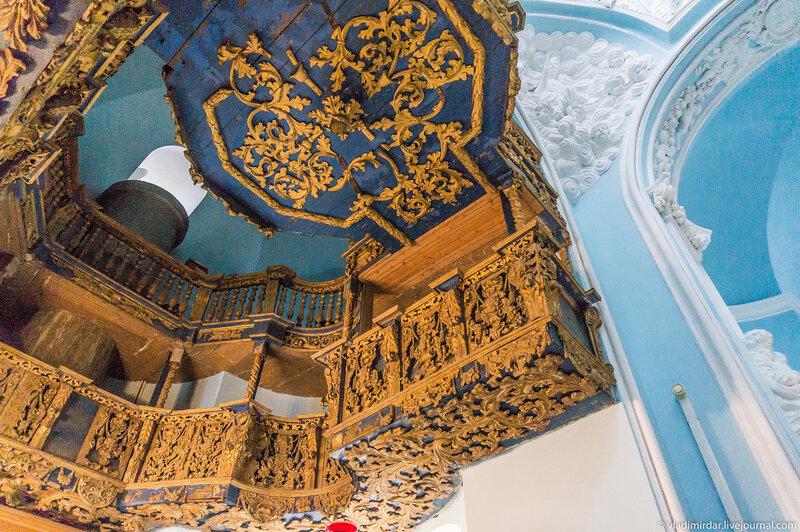 Двухярусные резные деревянные хоры в Знаменском храме в Дубровицах