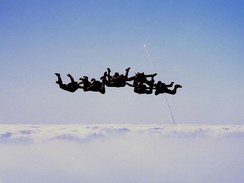 Парашютисты на фоне взлетающего шаттла Discovery.