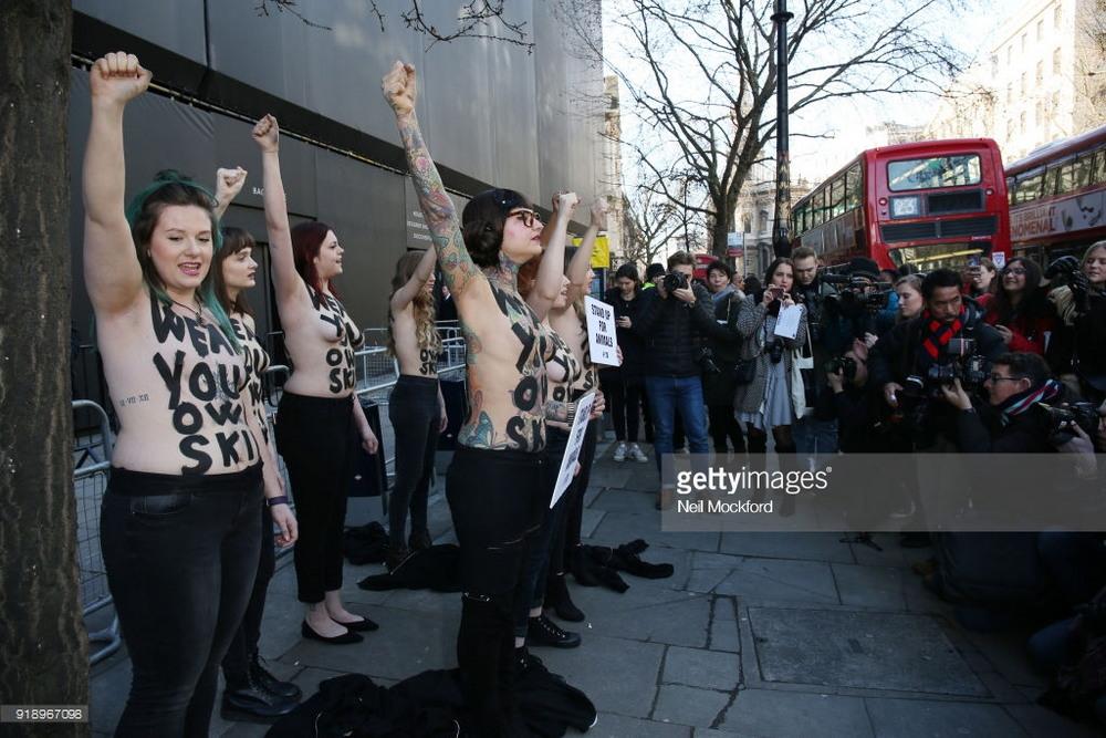Активистки голой грудью стали на защиту животных в Лондоне