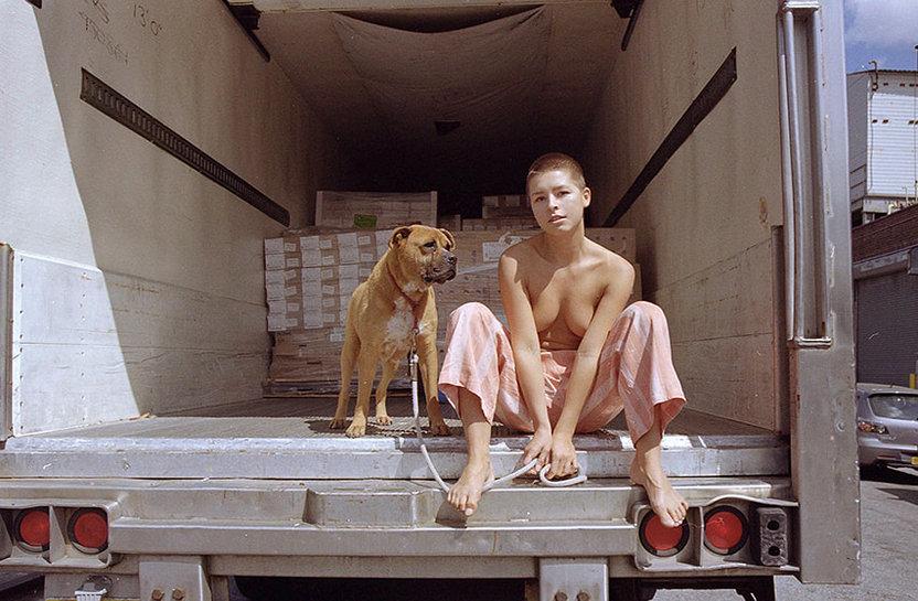 Мариса Папен выгуливает собаку топлес