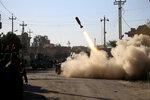 Иракские военные стреляют по территории, контролируемой боевиками «Исламского государства» в восточной части Мосула, Ирак, 11 января 2017 года. Фото: Alaa Al-Marjani / Reuters    MIDEAST-CRISIS/IRAQ