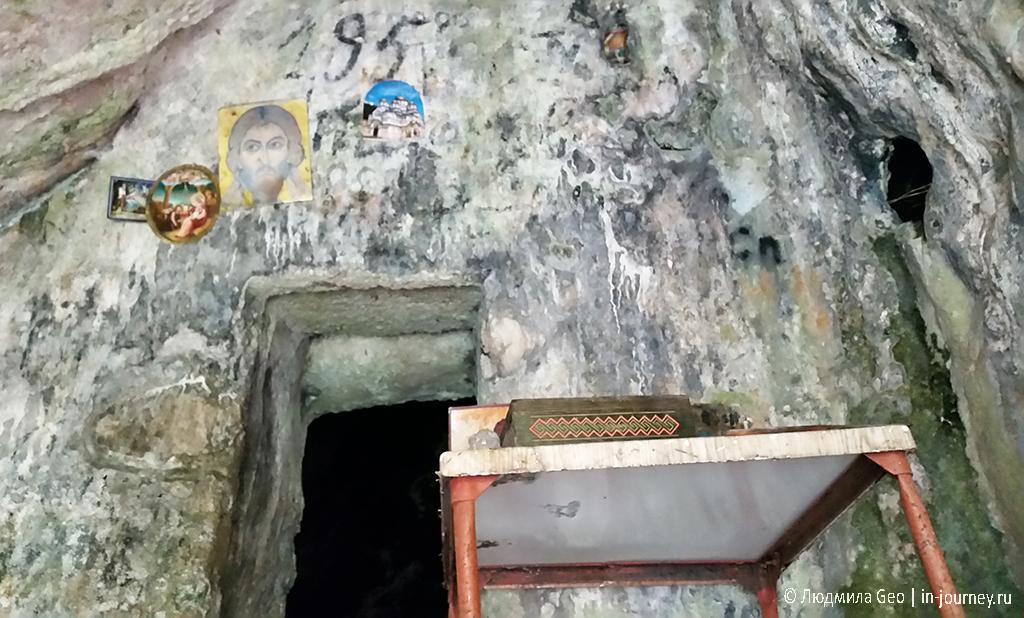 внутри пещеры Ипатия Гагрского