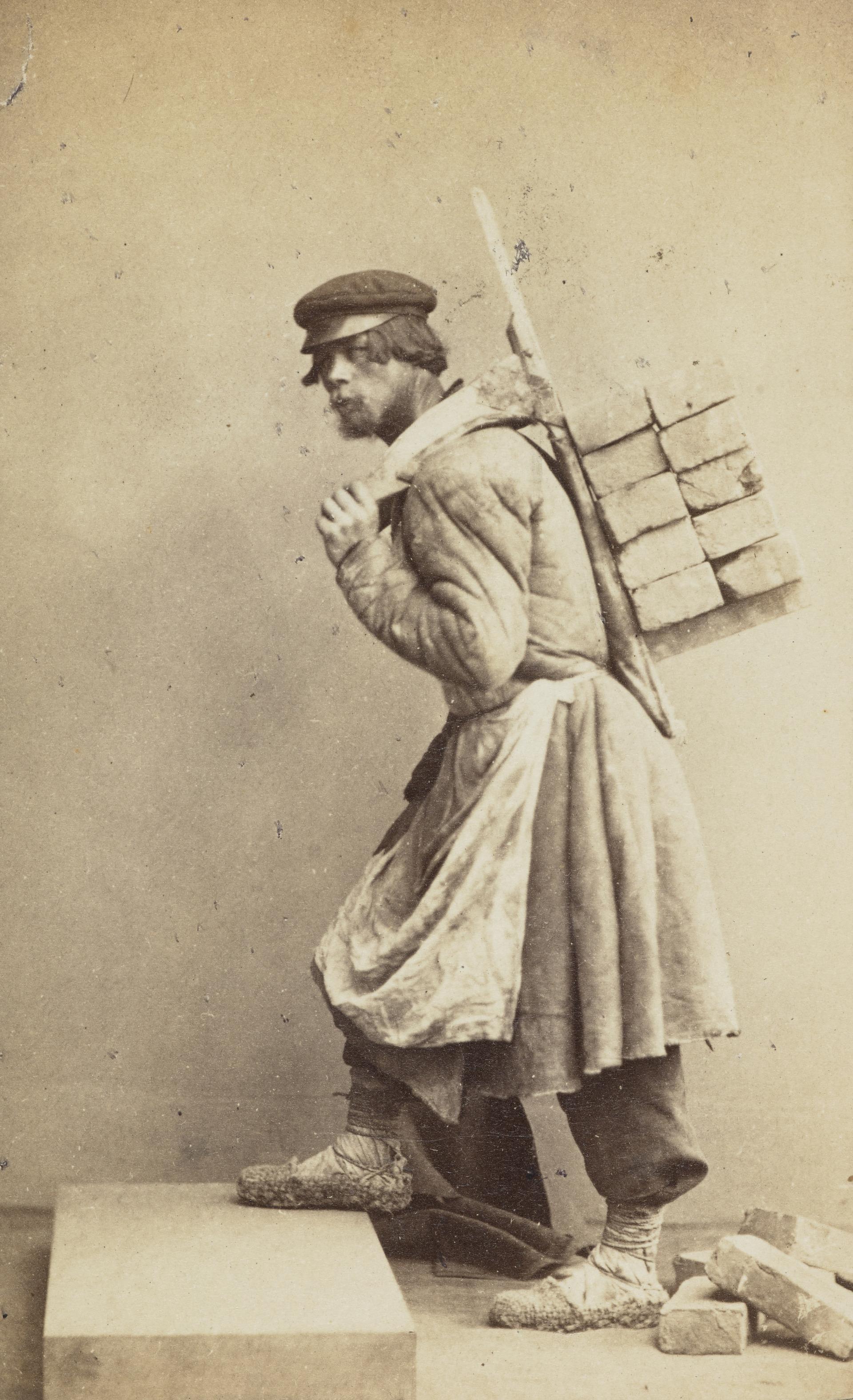 Каменщик с кирпичами