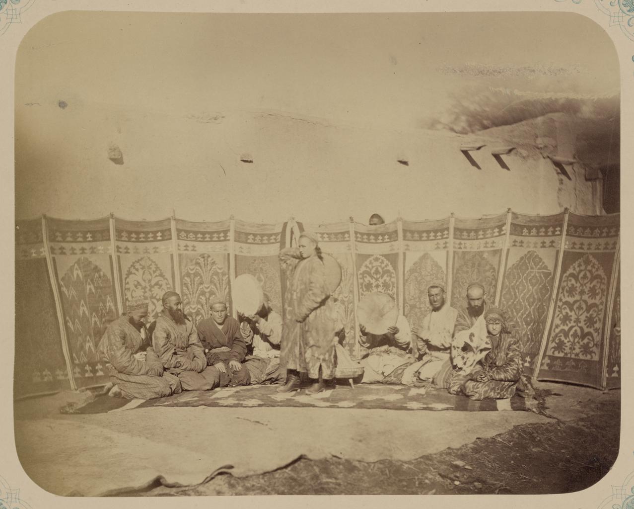 Группа мужчин-музыкантов, позирующих с несколькими батчами, или танцующими мальчиками