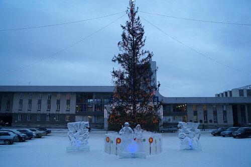 Новогодняя елка перед зданием вокзала