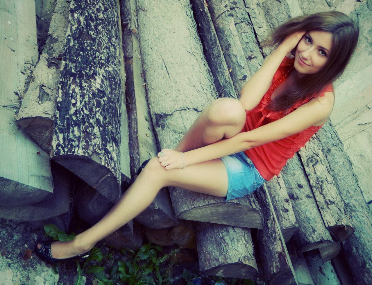 Юная красотка в красном топике и шортах