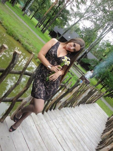 Девчонка в  платье с букетом ромашек