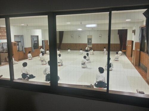 Зал большой и просторный, но желающих попасть на вечернюю тренировку все равно гораздо больше