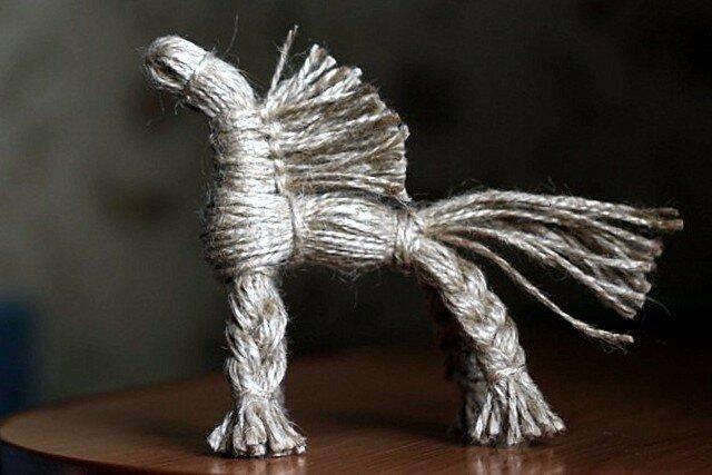 Солнечный конь из джута