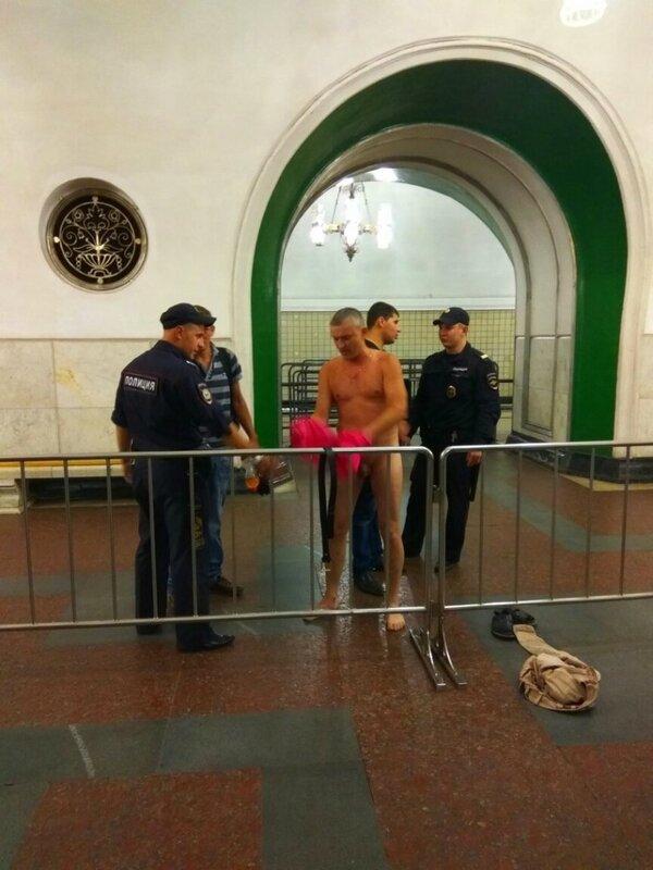 В Москве полицейские догола раздели мужчину в вестибюле метро