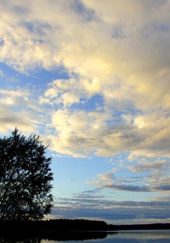 Вечернее небо над озером