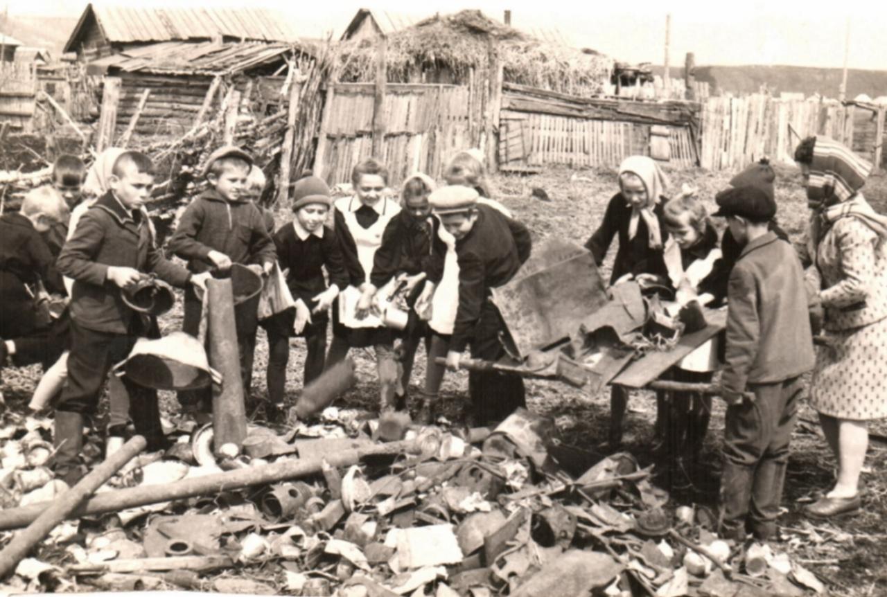 Сбор металлолома сельскими школьниками. Балахта