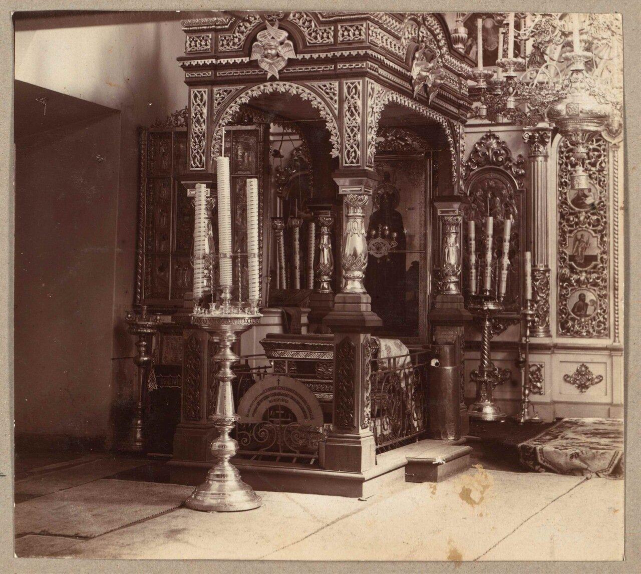 Место с каменной плитой, под которой были обретены мощи Пр. Анны Кашинской