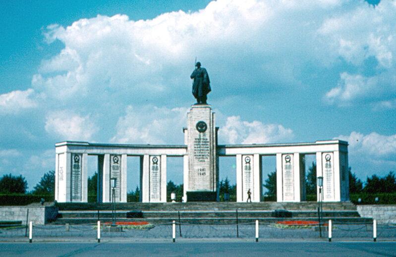 1963. Памятник советским воинам