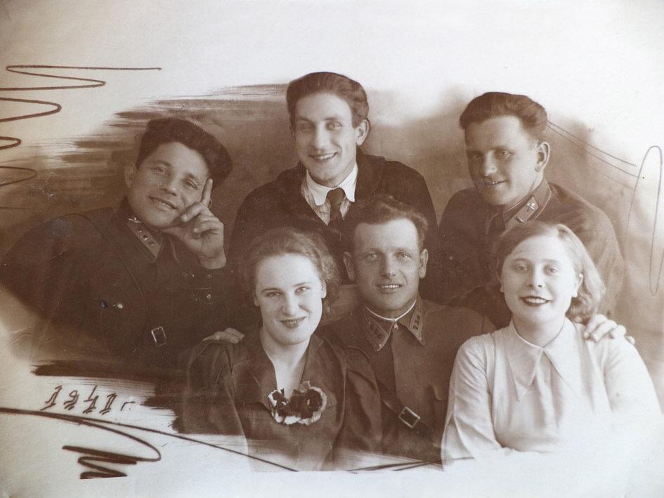 1941.Великие-Луки. В центре Локтионов Ф.В. с друзьями
