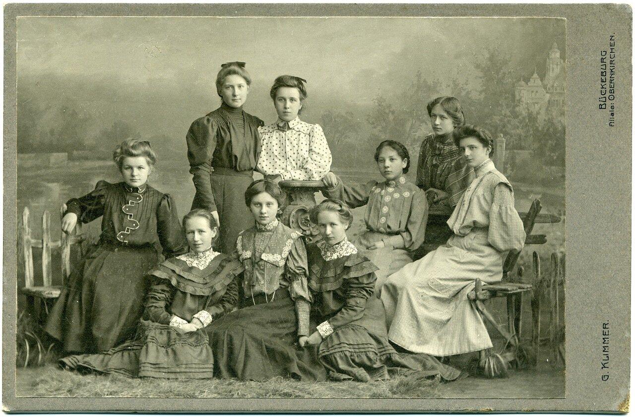 1905.  Групповой портрет девушек