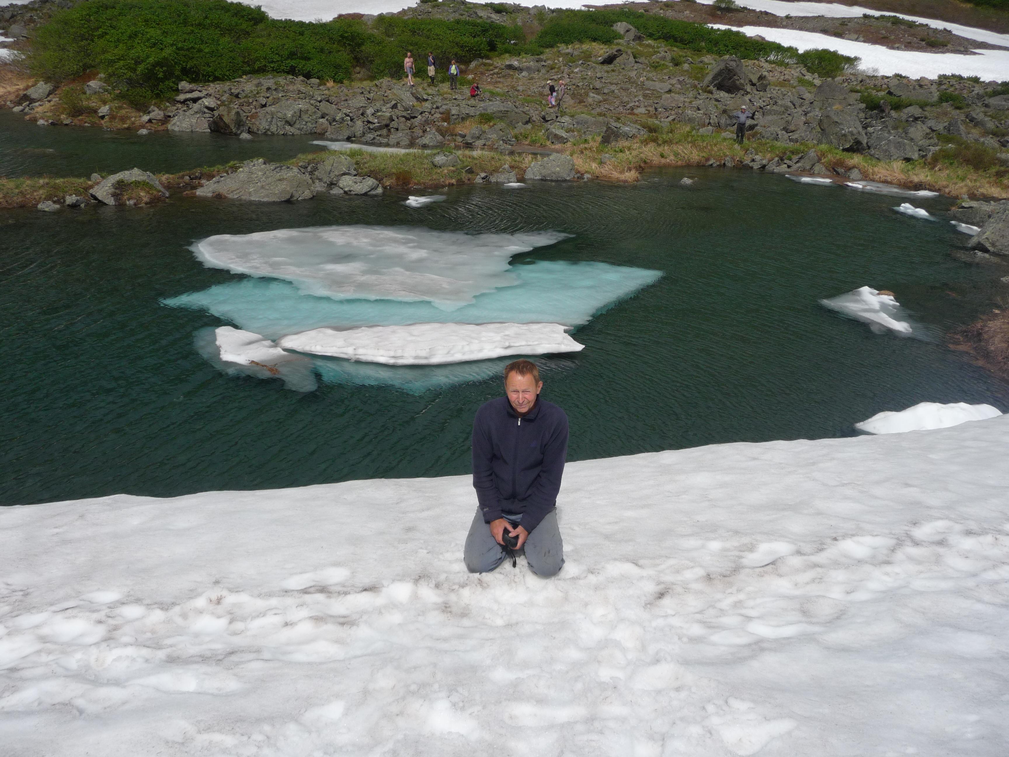 Горное озеро в июле.