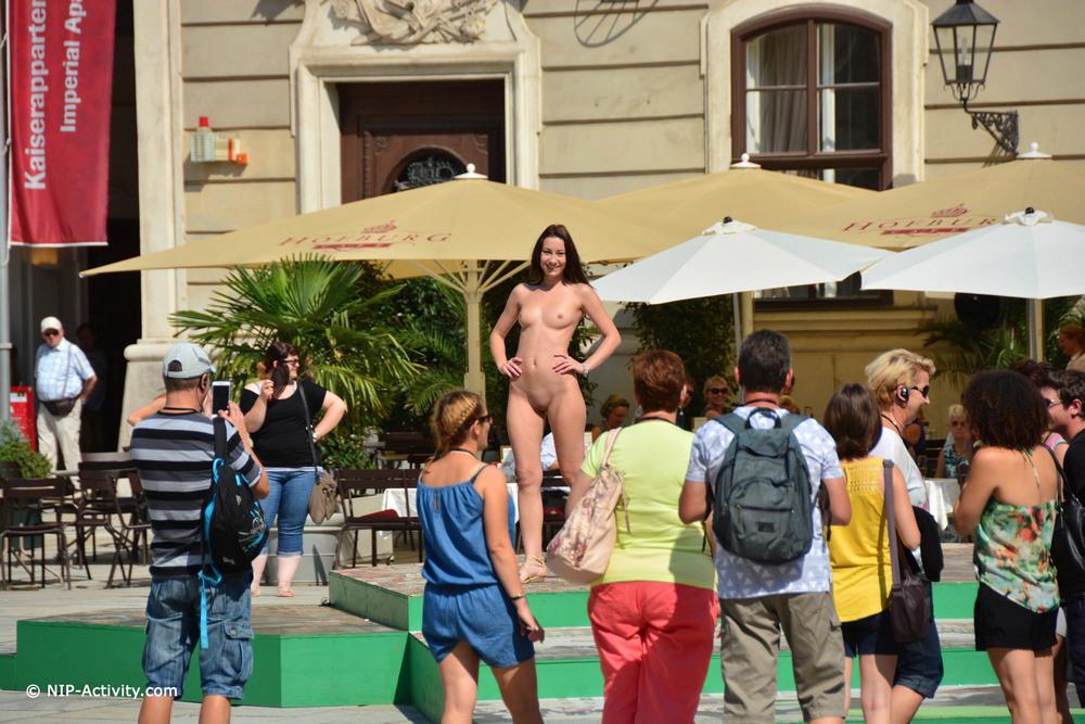 Голая Aiko May прогулялась по Вене