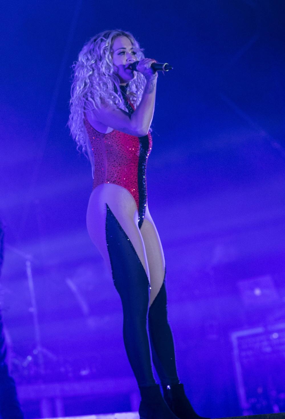 Рита Ора на концерте в Косово