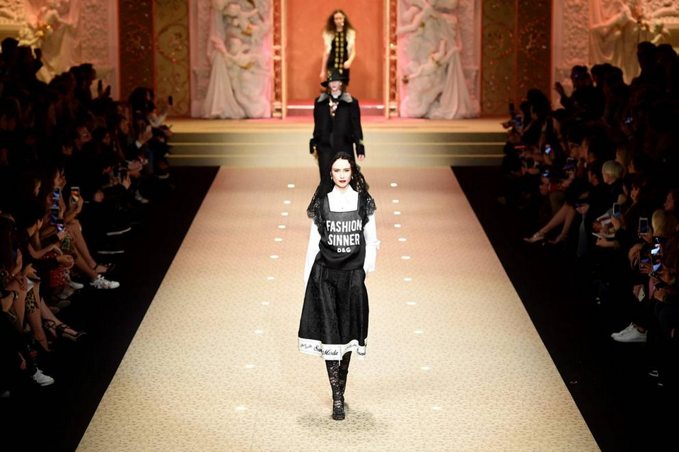На показе в Милане сумки Dolce & Gabbana демонстрировали дроны