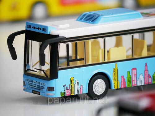 Большой игрушечный автобус