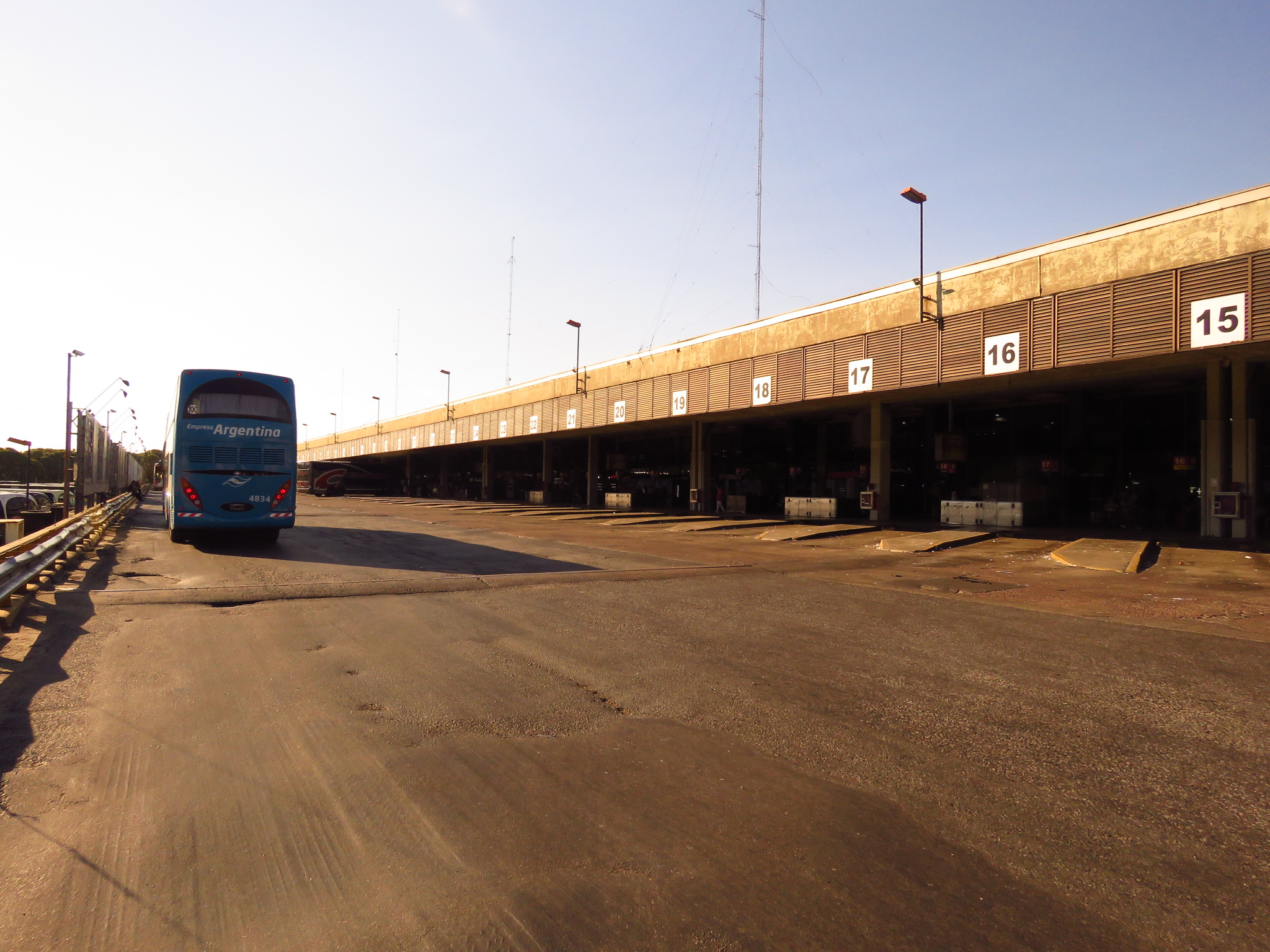 Ретиро. Инспекция площади трёх вокзалов. Ретиро, автовокзал, площадь, прямо, вокзал, вокзалов, практически, автобусы, просто, также, вокзала, Теперь, которых, БуэносАйрес, электрички, линия, площади, основной, главный, которого