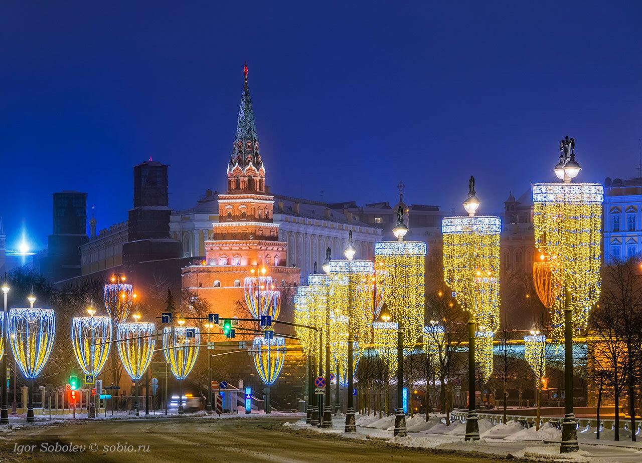 Вид на Московский Кремль с новогодним освещением