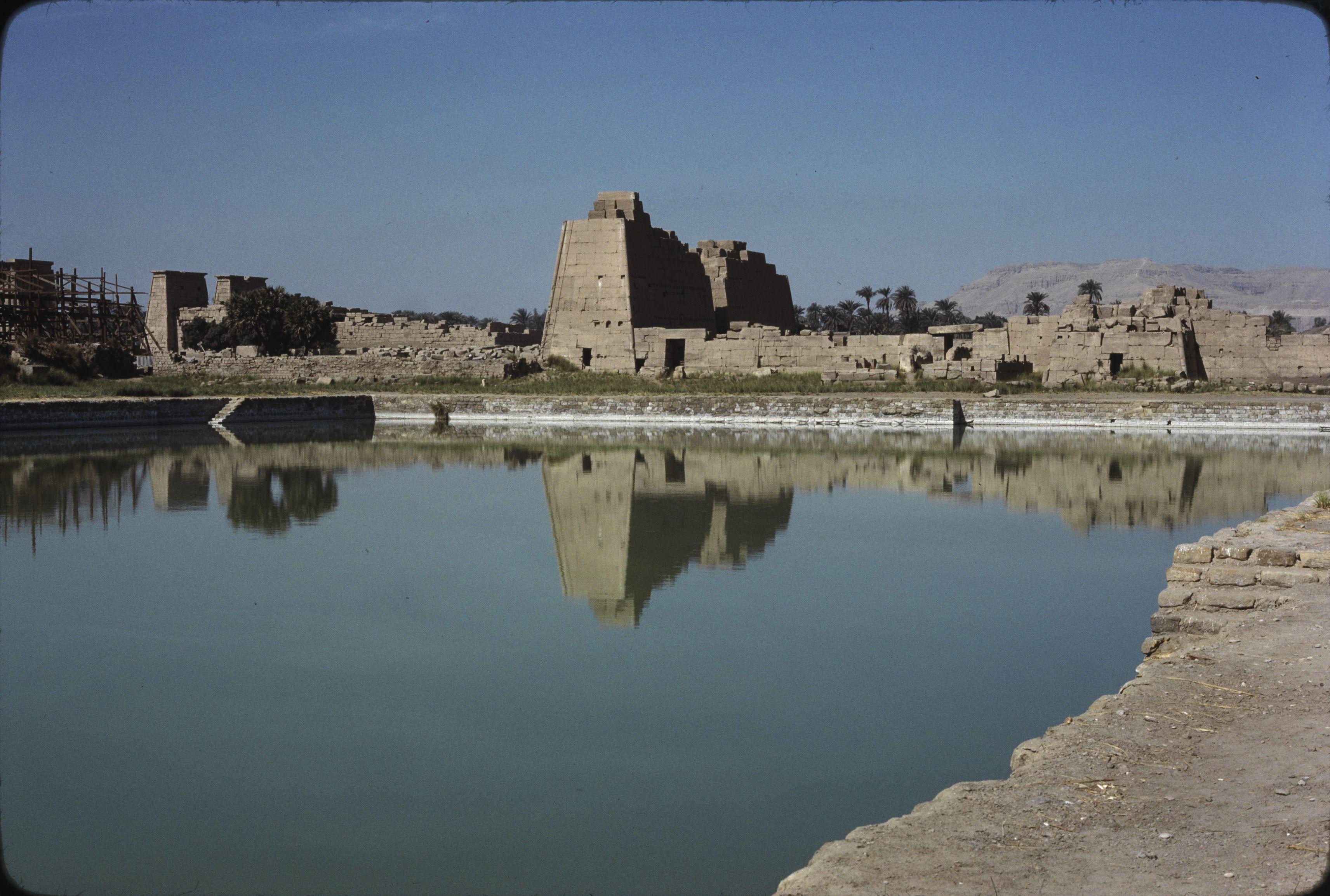 Священное озеро размером 120х77 метров южнее центрального храмового здания