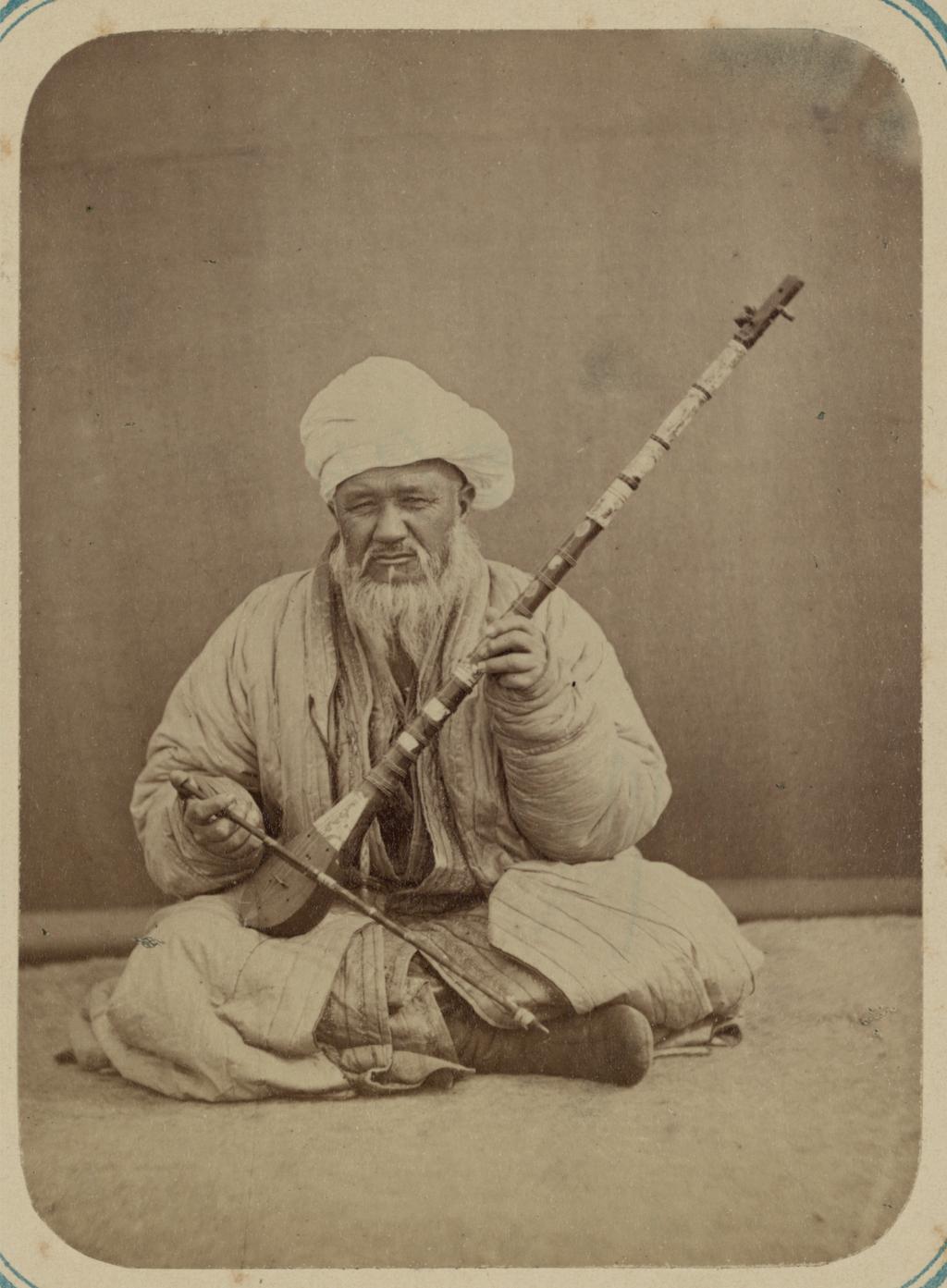 Музыканты. Мужчина за игрой на каманче, струнном инструменте с длинным грифом