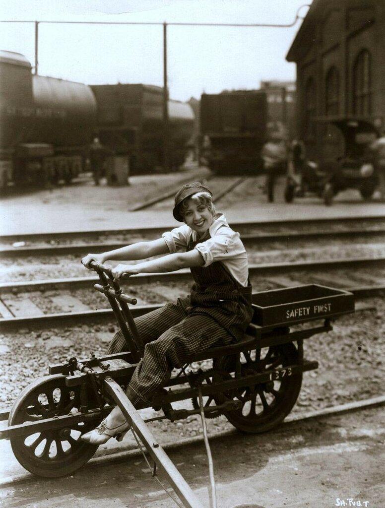 Актриса Джоан Блонделл едет по железной дороге, во время съемок своего последнего фильма, 1931 год.jpg