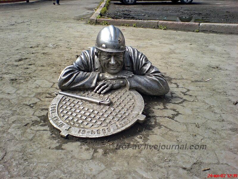 Памятник слесарю, Омск