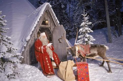 С Новым годом! Дед Мороз в лесу у своей избушки