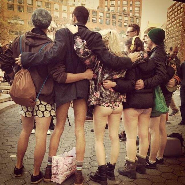 Прикольные фотографии женщин без штанишек 15 фотография