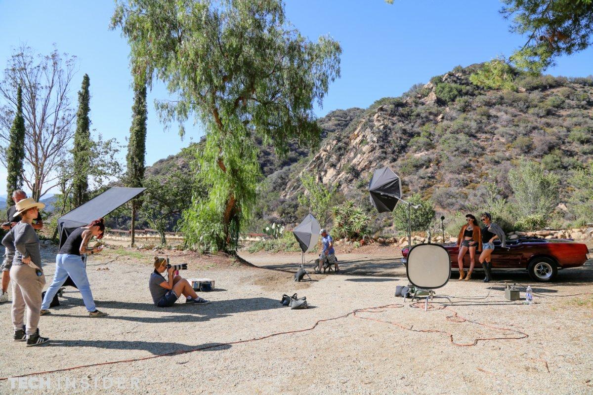 Вся съёмочная группа занята. Регулируют освещение и настраивают звуковое оборудование.