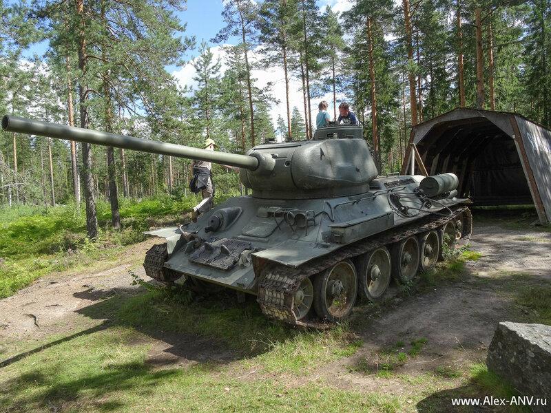 А вот и враг - советская тридцатьчетвёрка. Причём поздней модификации, с 85 мм стволом. Опознавательные знаки заботливо стёрты, видимо чтобы не нагнетать.
