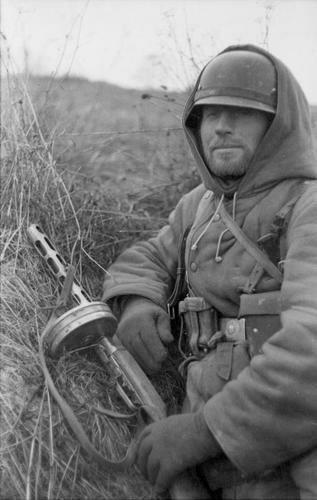 Russland, Soldat mit russischer MP PPSh-41