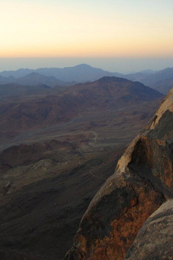 Фотография 2. Экскурсии в Египте. По этим дорожкам мы карабкались на гору Моисея всю ночь
