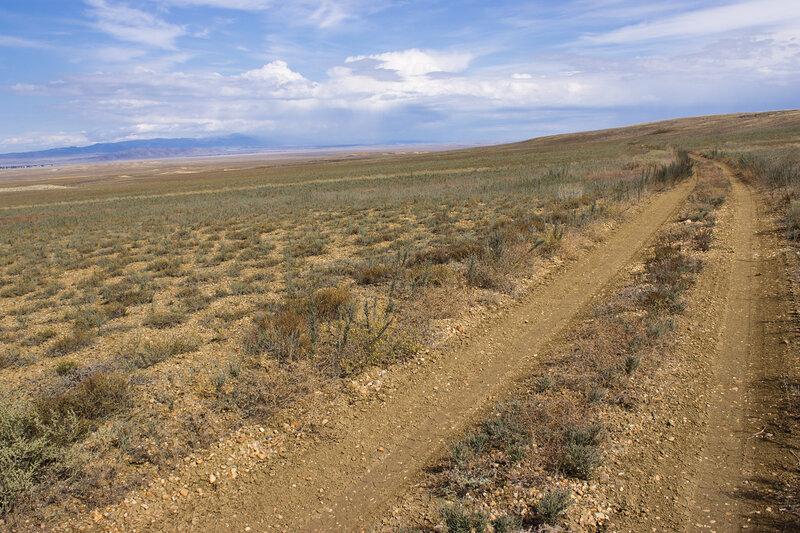 дорога вдоль горы Акжал