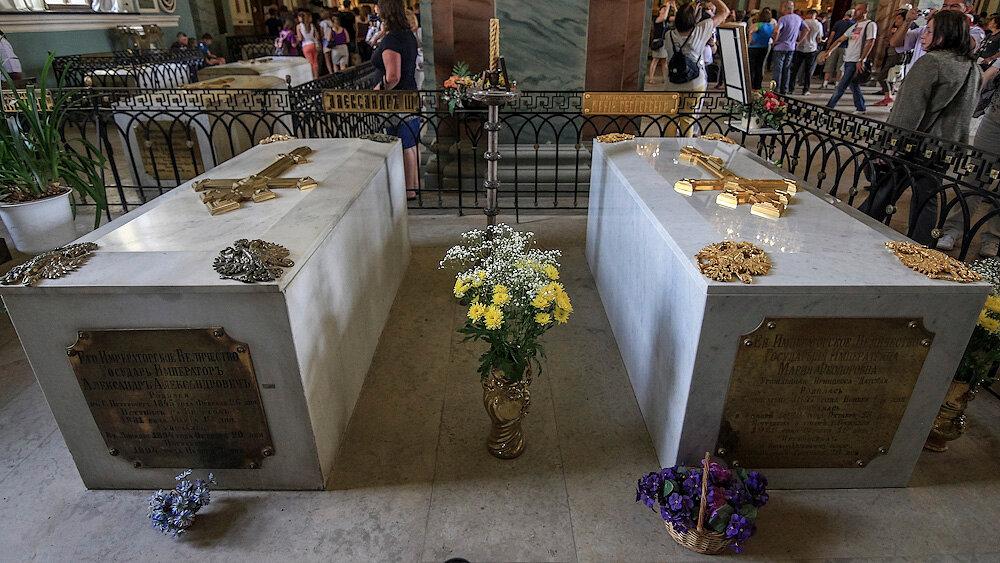 Оно поставлено над захоронением императрицы Марии Фёдоровны (принцессы Дагмары), жены Александра III.