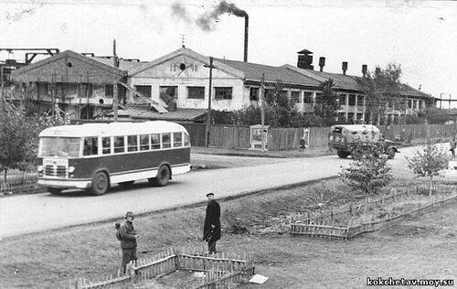 Наших оппонентов ничто не смущает на этом фото?  Дороги вокруг производственных объектов Кокчетава были всегда в идеальном состоянии.  В 50-е годы мы видим дорогу амеркианского качества.  Для освоения целины?