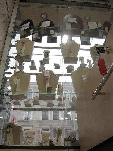 Фото 4. Из-за аварии большая часть витрин магазина лишилась подсветки. На фото (в верхней части витрины) видны две не работающие лампочки.
