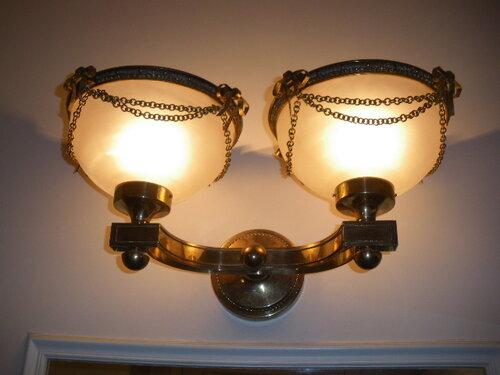 Фото 4. Первое бра коридора. Оно подсвечивает пространство возле зеркала.