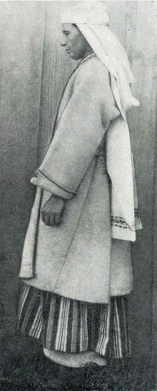 Женщина из села Вербовки в намитке и свитке.