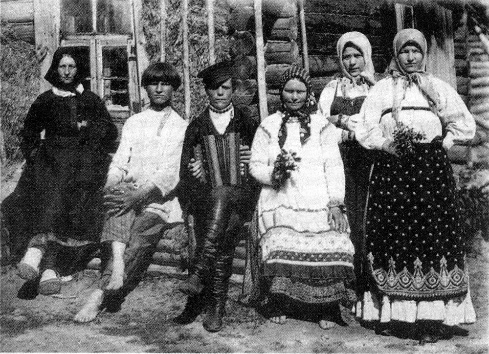 Деревенская молодежь на гулянье. Центральная Россия