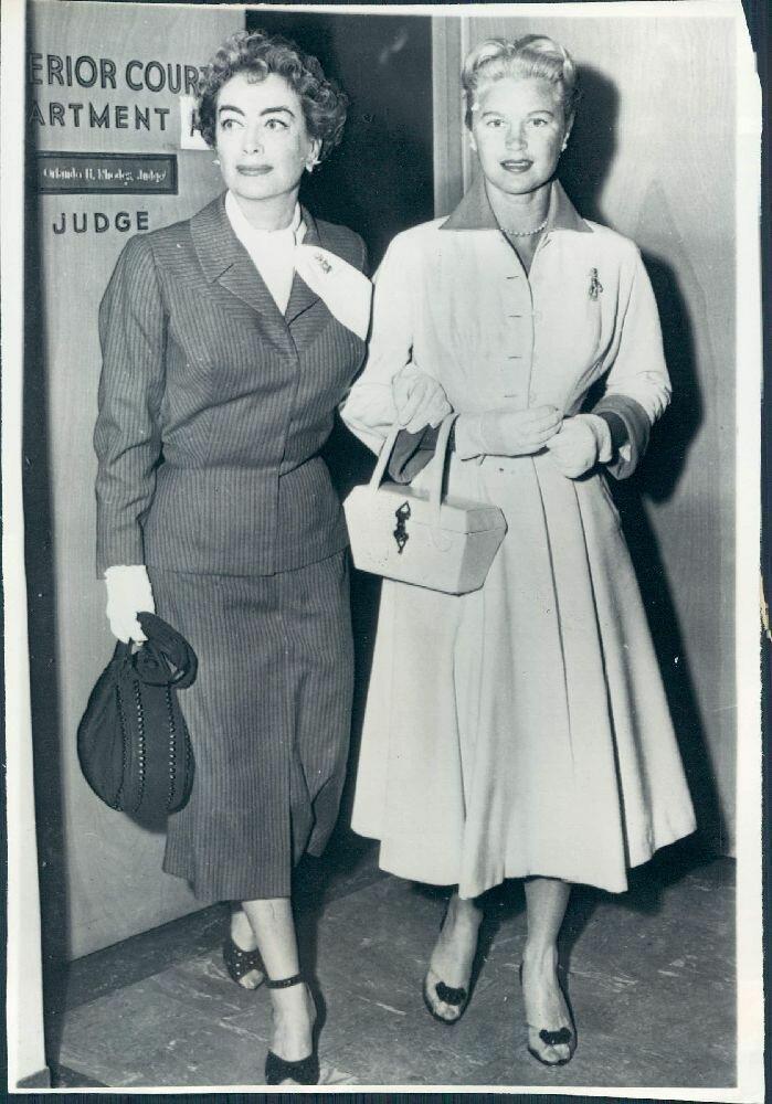 1956. Джоан Колфилд и Джоан Колфилд покидают здание суда