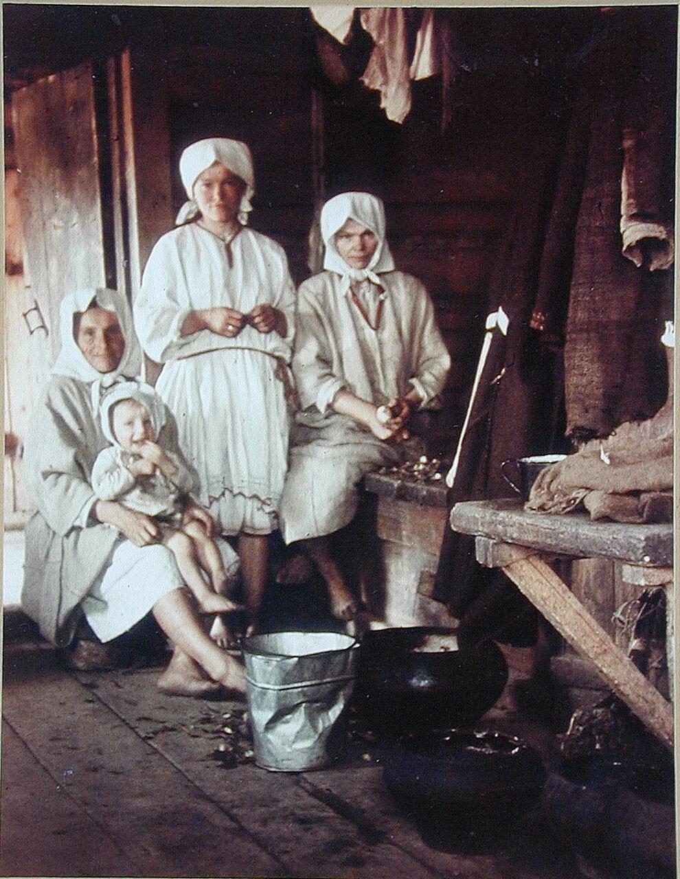 1942-1943. Крестьянки из деревни Кузнецы. Калужская область