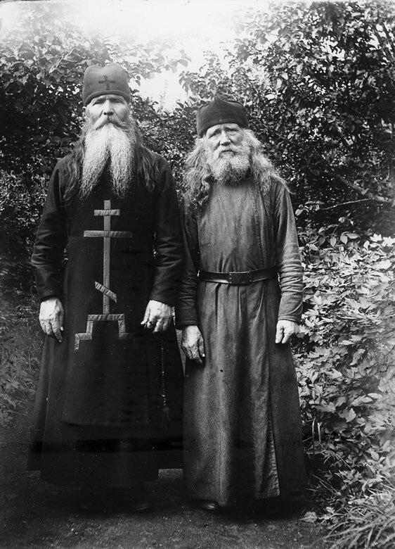 Садовник отец Юлий со своим помощником отцом Сергием