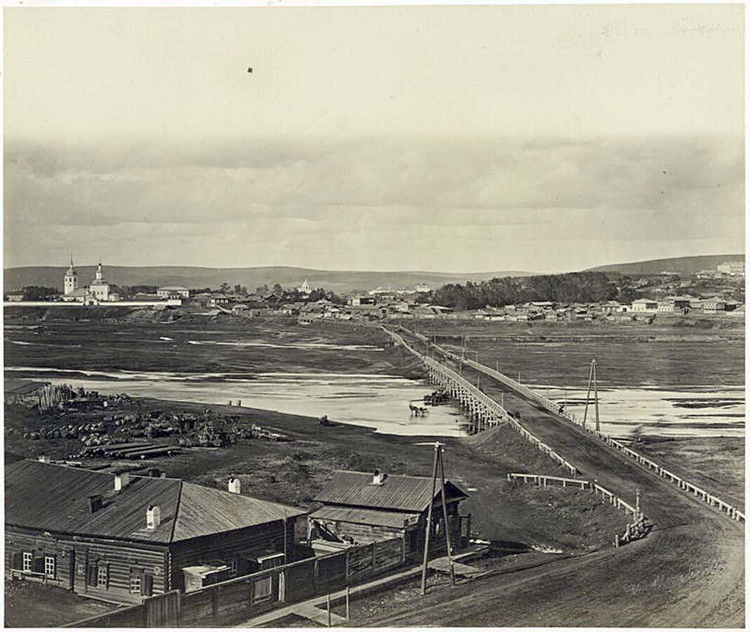 Вид на Знаменское предместье и на переднем плане мост через реку Ушаковку