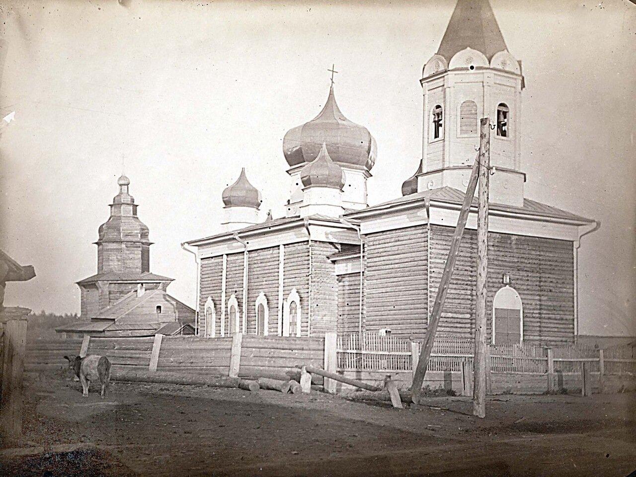 Вид на деревянную церковь в небольшой деревне недалеко от Иркутска