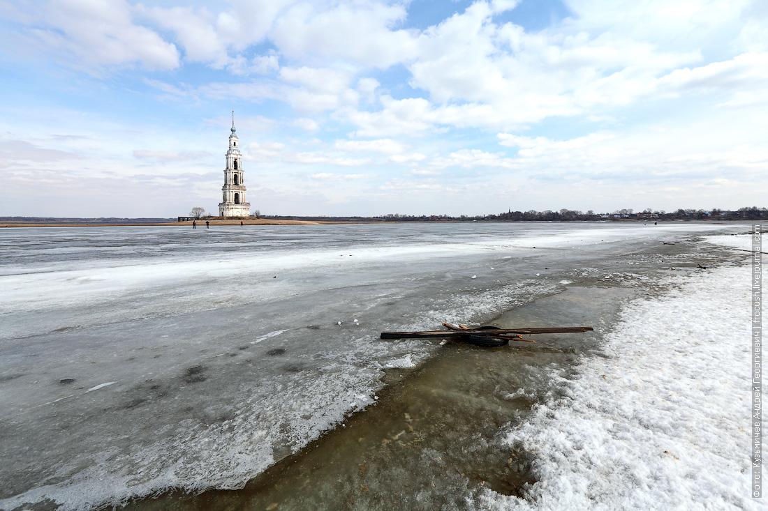 лед на Волге вокруг колокольни в Калязине